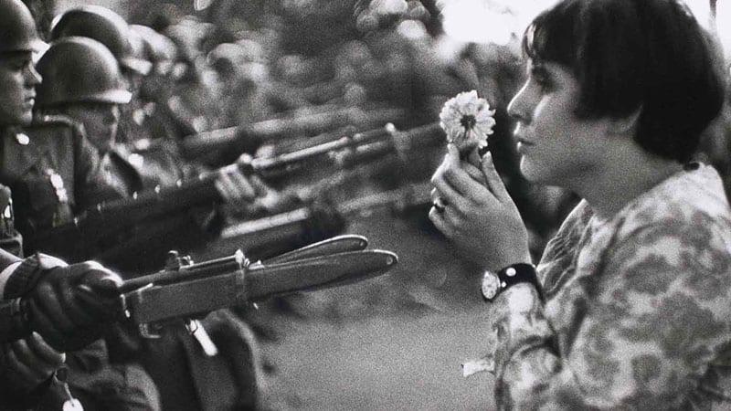 Marc Riboud Jeune fille fleur